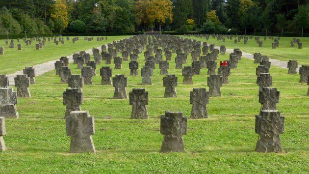 """""""Westfriedhof Köln, Gräberfeld der Opfer von Krieg und Gewaltherrschaft (2)"""" von © 1971markus@wikipedia.de. Lizenziert unter CC-BY-SA 4.0 über Wikimedia Commons"""