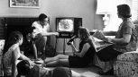 Eine Famile schaut Fernsehen