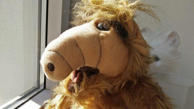 Alf am Fenster