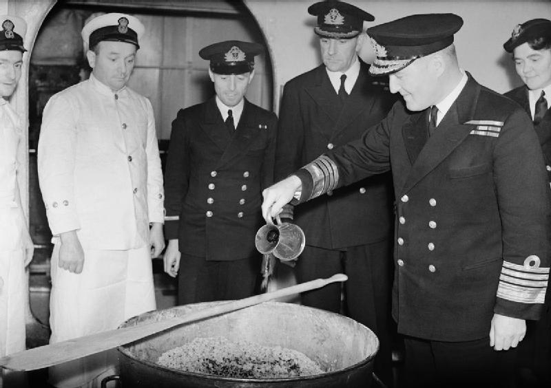 zu 4 - Admiral Sir Bruce Fraser pouring the rum into the Christmas pudding mix on board HMS DUKE OF YORK, November 1943 - Foto Royal Navy - public domain