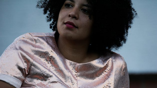 Simone Dede Ayivi, 35, lebt in Berlin, schreibt Texte und macht Theater. In ihrer aktuellen Performance FIRST BLACK WOMAN IN SPACE feiert sie schwarze Weiblichkeiten und probiert Zukunft auf der Bühne.